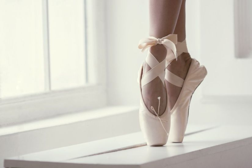 Legs-of-a-ballerina-in-pointe